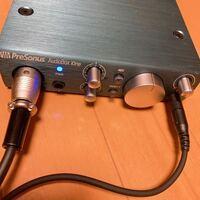 PreSonus オーディオインターフェイス AudioBox iOne PreSonus AudioBox iOneを購入して、説明書を見てもよく分からなかったので声を録音してみようとしたら入る音がとても小さかったです。 マイクのノブをMAXにすると、しっかり音が入るのですが音割れしてしまいます。  設定ができていないと思うのですが調べても説明書を読んでも上手くいかず、初心者でもわかるよう...