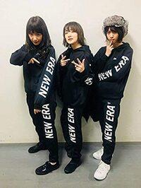 高山一実さん、生駒里奈さん、西野七瀬さんがNEW ERA の服を着ている写真なのですが何かの撮影ですか? 教えてください。