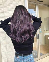 ブリーチをして紫系の色を入れようと思っております。 カラーシャンプーを使って 色持ちさせたいと思ってますが、 このような色に染めた場合 紫シャンプーかピンク系のシャンプー どちらを使った方がよろしいです...