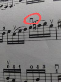 チェロの楽譜で、(写真)赤丸のなかの記号ってどういう意味ですか?