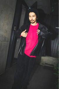 King Gnuの常田大希さんが着用されているようなコーデュロイの少しゆとりがあるズボンが欲しいです。(写真のような↓)似たようなズボンなど売っていサイトがありましたらぜひ教えて頂きたいです。
