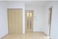 この部屋でグレーのカーテンとベージュのカーテンどっちがいいと思いますか??