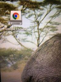 MacBookについて 最近MacBookを購入して、Google Chromeのアプリを入れたのですが、 MacBookを起動するたびにデスクトップに以下の写真の様なアイコンが出てきます。 特に不具合があるといったことはないのですがこれはどういう意味のアイコンなのでしょうか。
