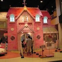 サンリオピューロランドについて質問です! 昔ピューロランドでこのピンクのキティの家に行った覚えがあるのですが、調べて見たら載ってなくて、、、 無くなってしまいましたか???