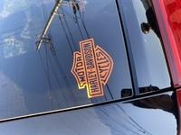 ジープグランドチェロキー に乗っているんですが、ハーレーダビッドソンのステッカー貼るのってどう思いますか? リアウインドウに10×10くらい? のエンブレムのステッカーです。    自分が好きならなんでもい...