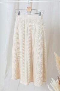 ケーブル編みのニットスカートは春に履いていたら変ですか? 生地は毛糸のニットという感じではないですが(カットソー素材らしいです)、写真のようなものです。