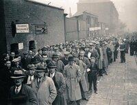 西洋人(一般庶民)の服装の変遷について質問です。 画像は1920年代のロンドンのサッカースタジアムですが、昔の写真や映像を見ると、1950年代くらいまでは一般人は私服としてスーツ着てネクタイ締めて帽子被っているイメージですが、いつから&なぜそうじゃなくなったんでしょうか?