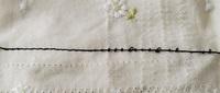 家庭用ミシンですが、写真の様になってしまいます。糸調子を変えても全く変化がありません。 プーリーを手動で回すと上手く縫えているのですが(写真左半分)、電動で動かすと下糸が真っ直ぐに出ています(写真右半分)。何が原因でどうすれば上手く縫えるのでしょうか?