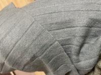 ニットのプリーツスカートの裾上げって 自分で出来るのでしょうか?  切りっぱなしには出来ないと思うのですが 上げて縫ってる感じでなく、、、 だいぶ長いので、どうしたものかと 考えております。 どなたかニット素材の扱いに詳しい方 よろしくお願い致しますm(_ _)m