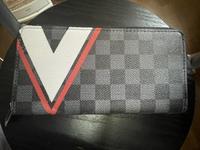 この財布の名前わかる方居たら教えてください! あと、どのように本物かわかるものなのでしょうか?詳しい方居たら宜しくお願い致します。