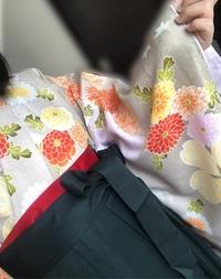 卒業式に写真のような柄の袴を着ます。 どのような髪飾りが似合いますでしょうか? 髪飾りについてなにも決まっていないので、参考にさせて頂きたいです。よろしくお願いします。