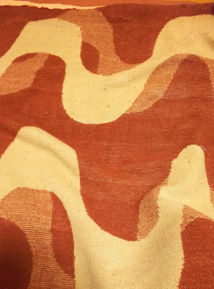 毛布を探しています。 昭和58年頃には使用していた毛布で、ボロボロでお恥ずかしいですが画像のような色柄です。 記憶は確かではないのですがラクダの絵が描かれているタグが付いていたような? どこの会...