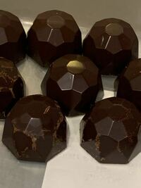 先日ボンボンショコラを作ったのですが、型から出したとき、一部のチョコに、ブルーム?と呼ばれるようなものが出来てしまいました。やっぱりテンパリングが原因でしょうか、、詳しい方がいらっしゃったら教えて...