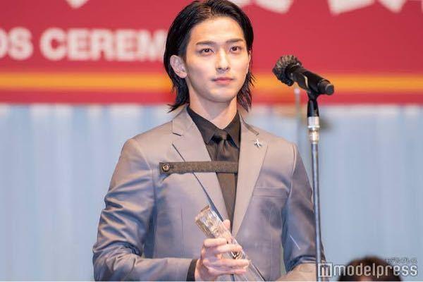横浜流星さんがジュエリーベストドレッサー賞の時に着ていたスーツの胸元から出ているヒモのようなベルトのようなものはなんですか?