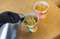 じゃがりこで作るポテトサラダは好きですか? これが実においしい 作りかたは、じゃがりこのカップにお湯を3分の1程度お湯を注ぎ待つこと2分 あーら不思議 ポテトサラダのできあがり  お皿に移して召し上がり下さい