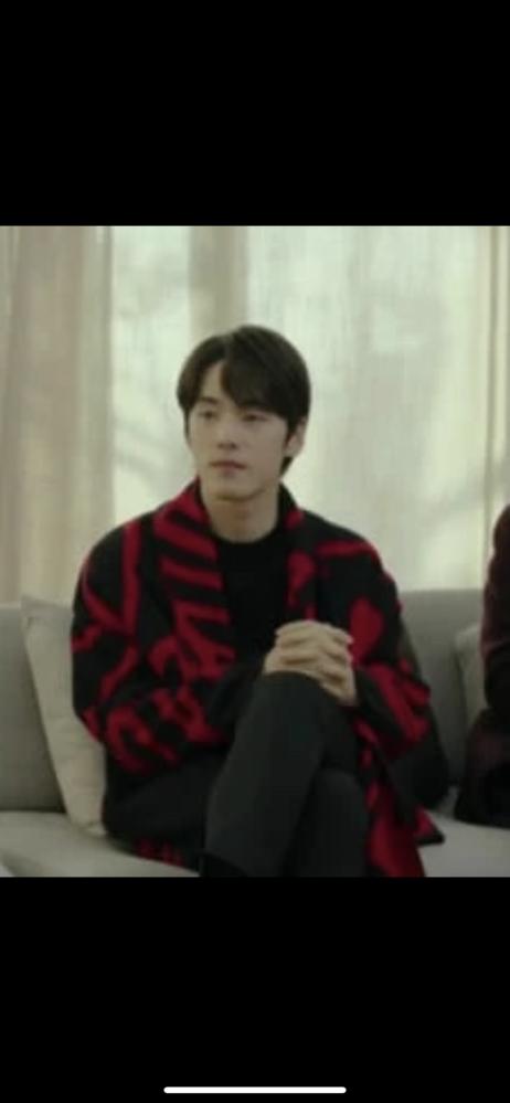 愛の不時着でクスンジュンが着用していた黒と赤のガウン、どちらのブランドのものか、分かりますか?