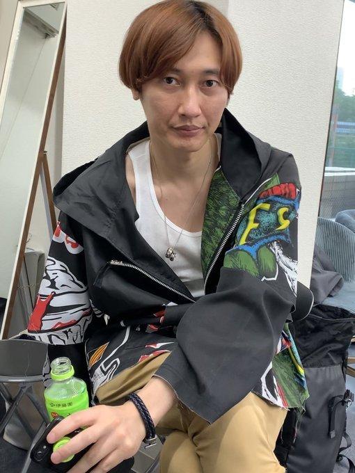 歌謡コーラスグループ・純烈の後上翔太さん(写真)は歯を磨いた後の歯磨き粉を水とともに飲んでしまうのですが、健康に悪いですか? 教えてください。