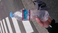 自動販売機で水を買ったら1滴も飲めない程氷っていました。こんなことってあるんでしょうか。外の自販機なのですが、外の温度の影響にしては氷過ぎですし、だったとしても北海道や南極レベルの温度でないとあり...