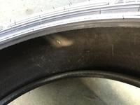 これ廃タイヤか新品タイヤどっちでしょうか? 自動車工場で働いてます。 どこのメーカーは言いませんが新品タイヤを注文したら特に何も言わずに注文したら2019年のタイヤでしかも完全に雨晒しであったであろうタ...