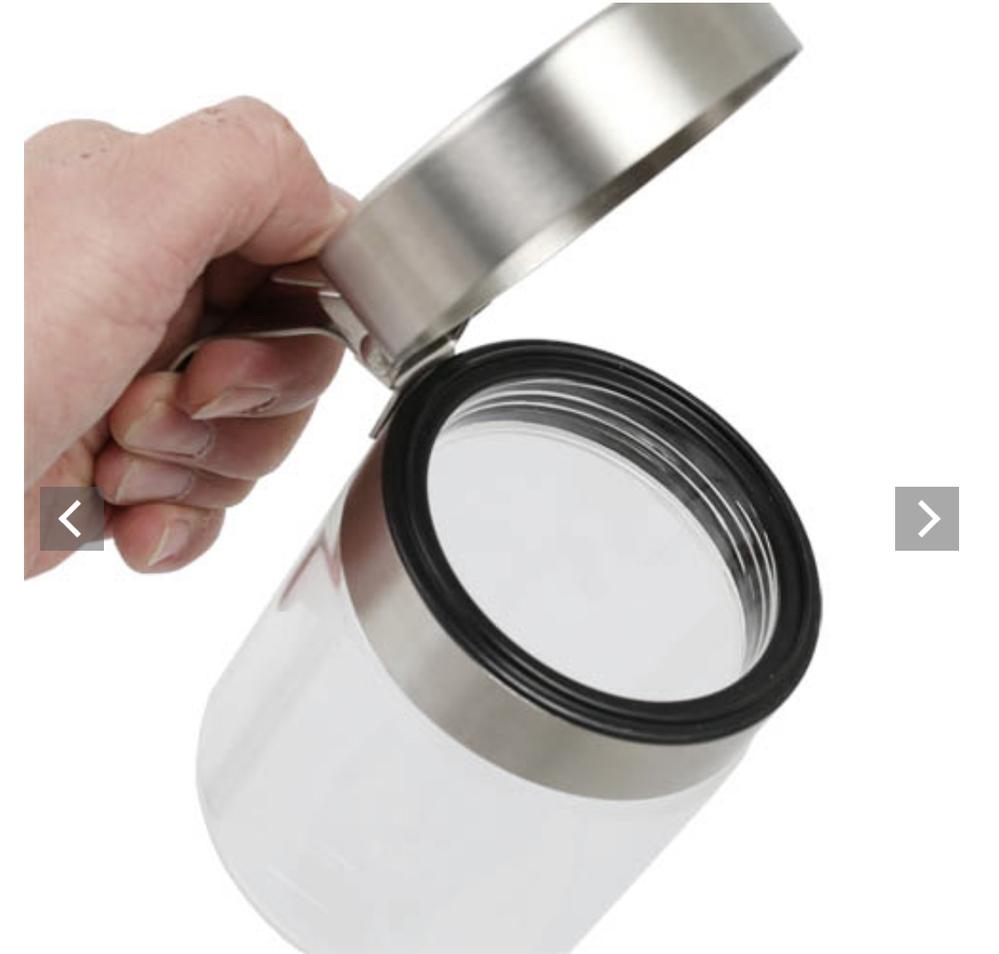 キッチン用品の錆について質問させて下さい。 蓋がステンレス製で、容器部分は耐熱ガラスの塩を入れるキャニスターを買おうと思うんですが、ステンレス 製の物に塩を常備しておくと錆が出来ると思い購入を躊躇しています。 (画像参照)塩に面している部分は蓋の天井部分の一面のみなのですが、触れていなければ大丈夫でしょうか?中身が乾燥しないように珪藻土なのどの防湿剤を入れていればなんとかなるものでしょうか? もしダメそうなら、錆止めとして蓋部分だけに、塗装でコーティングしようと思うのですが、食品にも使えるものはありますでしょうか? ご回答よろしくお願いいたします。