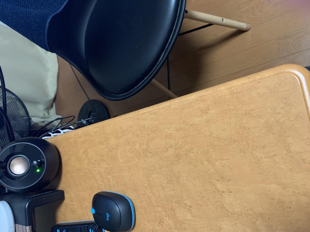 アパートの備え付けの机が小さすぎて困っています。 ちょうどよい板を買ってきて延長できればと思うのですが、 釘やねじなどを使わずに板を固定できる方法ってありますか? 画像の黒い椅子のほうに30セン...