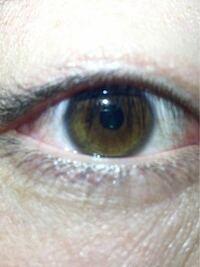 母がアメリカのハーフで父が日本人のクォーターです。自分の目の色が気になって質問します。この目の色は何色に分類されるのでしょうか?