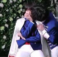 よく、Twitterやインスタ、YouTube等でテテがメンバーからキスされてる動画のスクショなんですが、この画像の元の動画ってどこで見れますか? BTS バンタン 防弾少年団