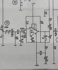 オペアンプの回路について  ある音響機材を修理中なのですがどうもこの部分が不良で原因が分かりません 手前のトランジスタは交換しましたが音量が非常に小さく結局治りませんでした オペアンプを5534に交換し...