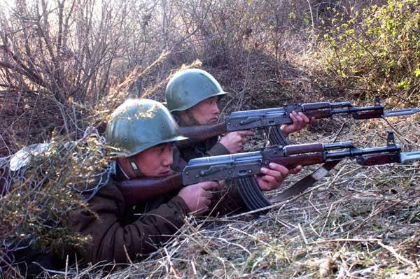 この北朝鮮兵のかぶっているヘルメットはどこの国のものかわかりますか?ソ連のssh40でしょうか、共産圏の軍衣には詳しくないのでわかる方教えて下さい
