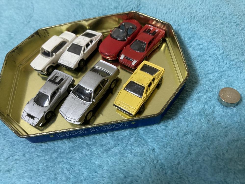 先日部屋を掃除していたところ、このような物が出てきました。 恐らく私が幼少期に遊んでいたものだと思うのですが、現在の私は車の種類やミニカーといったコレクションに興味がなくどれがどこ製の何なのかも...