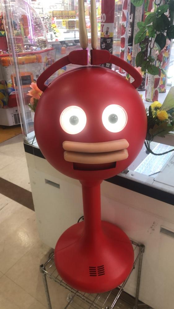 このロボットは何者ですか? 川崎のゲームセンター、シルクハットで発見しました。 関西弁で喋ります。 キャラクター名、商品名などが知りたいです。 よろしくお願いします。