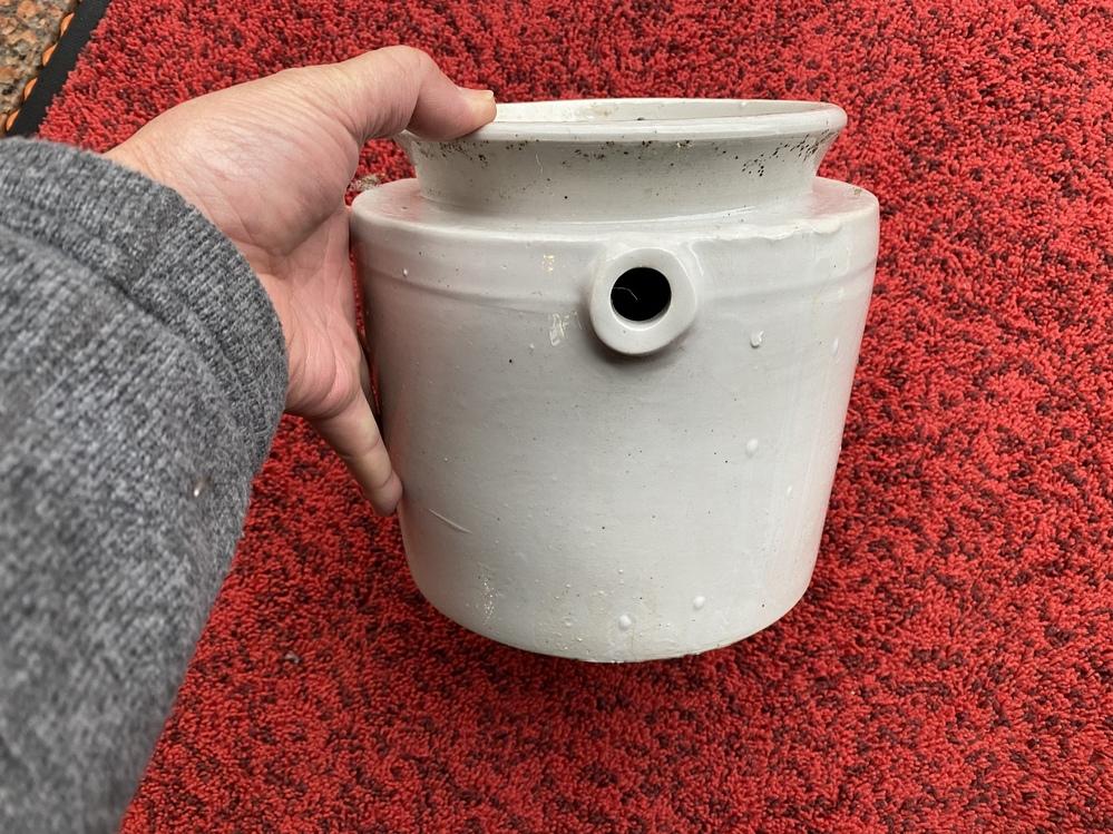 昔から家にある物です。何に使う物か知ってる方いらっしゃますか? 穴が一箇所だけ空いてましてヒモかなんかを通す部分が有ります。素材は陶器ですが電線用のガイシと似てます。