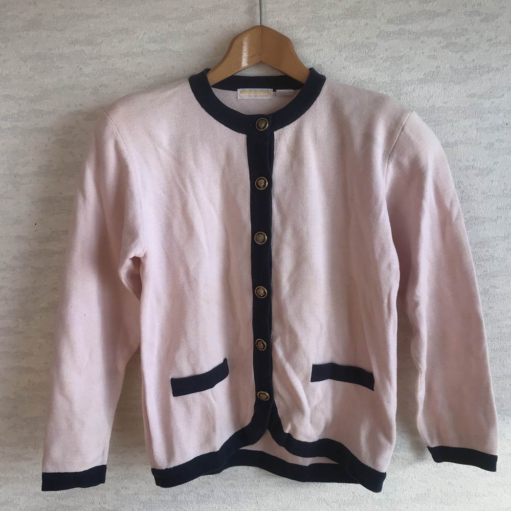 日本航空の制服についてお尋ねします。 こちらの服はJAL支給品でしょうか? 支給品であれば何代目の品でしょうか? よろしくお願いします^_^