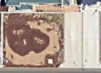 注文住宅の土地の形についてです。 こちらの土地を買い、設計士さんと打ち合わせ段階です。 駐車場を向かって右側(南側)に縦列2台にする予定なのですが、 どうしてもこの入り口部分の斜めになっているブ...