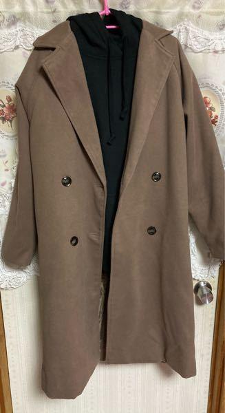 コーデについて質問です。 モカ色のコートの中に黒いパーカーを着たいんですがボトムスは黒いスキニーでも合いますか?
