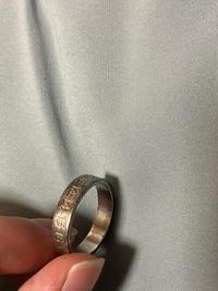 マルジェラのリングをほぼ未使用で綺麗な状態のをメルカリで買って付属の箱に入れて半年放置していたらリングに錆び?茶色くなりました。 リングは定期的に手入れをするものなんですか? それともメルカリで3万...