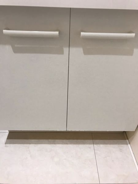 洗面台のLIXILピアラの扉をDY Iで張替えしたいです。 洗面台の扉がただの紙で出来ていてフニャフニャになってきました。粘着シートを貼りたいのですが、おすすめの貼り方や、メーカーが知りたいです...