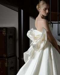 *ウェディングドレス* こちらの画像のウェディングドレスのメーカーを教えて下さい!