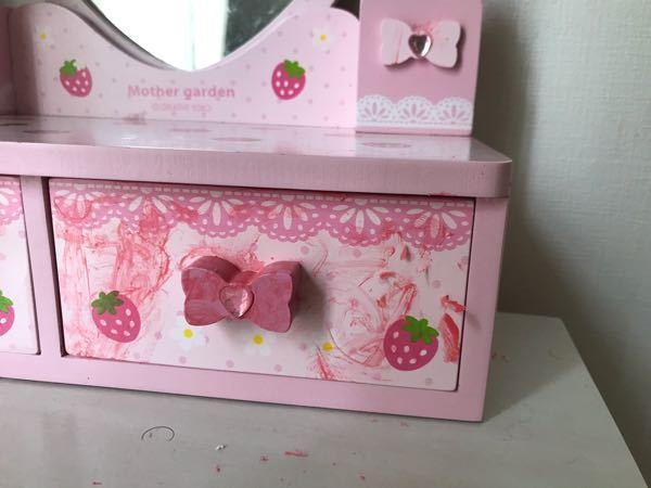 子供用の水性マニキュアを下の子を寝かしつけてる間に3才の長女が壁やおもちゃに塗りたくっていました…!壁は歯ブラシと水で落とせましたが木材のおもちゃについたマニキュアがはがれません…うまく落とす方...