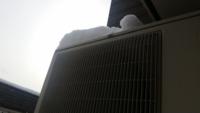エアコンの室外機の上に焦げた様な跡がみえました。 雪が積もったのでエアコンを運転したところ焦げた様な跡の上の雪がとけました。 発熱していると思われます。 このまま使い続けると危険でしょうか?