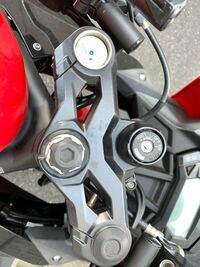 バイクのここのキャップみたいなのが無くなりました、この場所は何ていう場所ですか? 普通に変えのキャップみたいなものは売ってますかね?教えてください