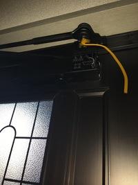 冷蔵庫搬入をするのにアパートの玄関扉を外します。(管理会社には許可済み) 配送業者の方には簡単に外れるよと言われているんですが、 手順としては写真のネジを外しドアを持ち上げるで合っていますか? その際ドアは閉まった状態でネジから外すのでしょうか? 教えてください!