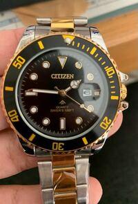 シチズンの時計なのですが。ロゴがおかしく、裏蓋にコードが何もありません。調べても何も出てこないので完全にこの時計は偽物ですよね?回答してくださった方には100コイン渡します