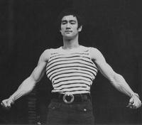 ブルース・リーは天才的に頭がキレるのに鍛えたら見栄えが違ってくる肩や上腕二頭筋、大胸筋をあえて意識的に筋肥大させなかったのですか? 見栄えだけではなく格闘技においても重要な筋肉だと思いますが…。