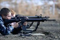 M16A2のハンドガードは、マルイの電動ガンだとプラスチックですが、 実銃でもプラスチックなのでしょうか?それとも金属ですか? 写真のようなとくにレールもついてないスタンダードなものです。