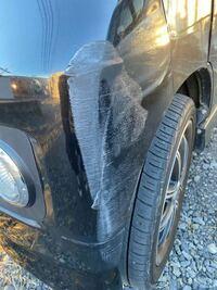 こういう傷の修理代って相場おいくら位かかるのでしょうか? 車同士の接触事故を起こしてしまって、相手方はもう少し酷い傷でした。横に細長く傷が入ってるという感じです。 凹みなどはありませんでした。 10万円以上かかったりしますか?