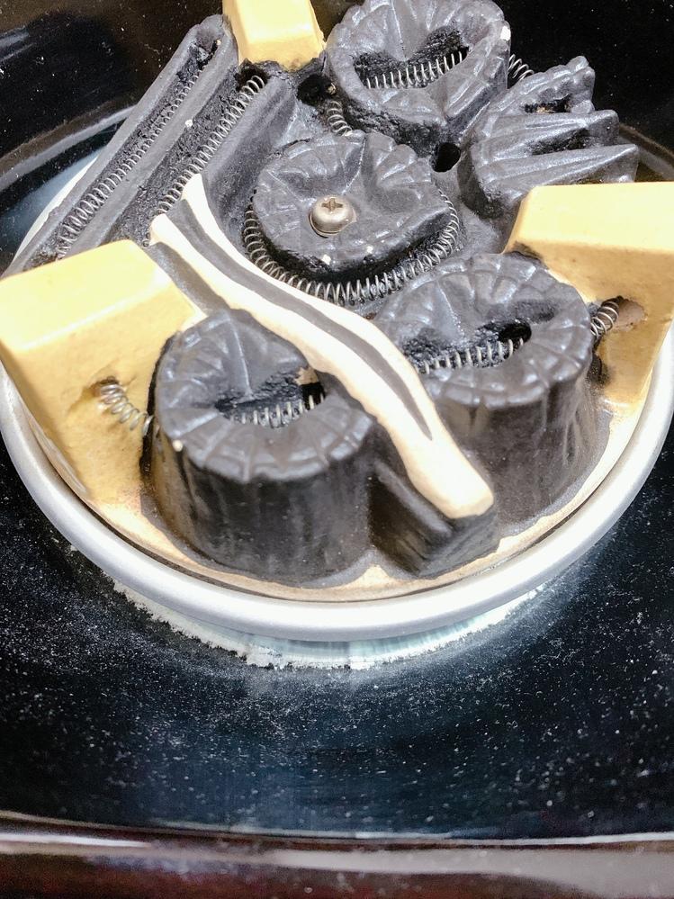 中古で購入した茶道具の電気風炉について 家電関連でもご存知の方がいたら教えてください。 ヒーターの縁の部分に白っぽい粉のようなものがあるのですが、これは何ですか? 調べていると、古い電気風炉に...