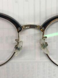 メガネの鼻当ての部分がだいぶ、ズレています これは、調節でなったものですか? 熱などによって変形したものですか? それとも、不良品ですか??? JiNSのメガネです