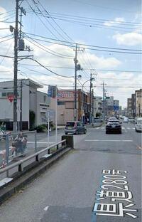 交通ルールについて。この写真のように、側道(左側)から侵入してくる場合、停止線で停止したあとは合流になるのですか?それとも左折ですか?後者であれば左ウインカーが適切ですよね? また、本線の信号が赤の場合、側道から来る車は停止線を超えたあと、横断歩道を通過してもいいのでしょうか?それとも、合流後は、横断歩道の直前まで前進し、青に変わるまで待機するのが正解でしょうか?はたまた、信号が青になるまで...