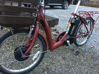 電動アシスト自転車の原理について。 自宅にこのような電動アシスト自転車があります。前輪駆動のようですが、どのような仕組みで推進力を生み出しているのか気になります。  分かる方教えて下さい!
